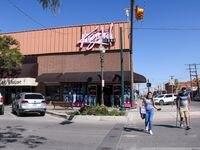 Krystal Jeans es uno de los negocios de El Paso que espera el retorno de la clientela mexicana para noviembre.