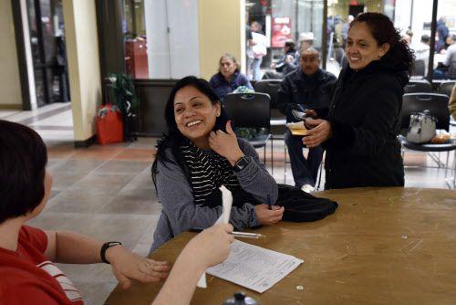 Araceli Mendoza (izq.) platica con Amanda Doom, una asesora de Caridades Católicas en el Consulado de México en Dallas. Asesores de United Way y Caridades Católicas trabajan todo el año en la ventanilla de atención financiera de este consulado.