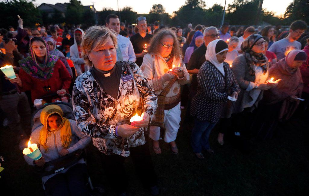 Cientos de personas prendieron velas y participaron en una  vigilia a Jordan Edwards en Balch Springs el jueves 4 de mayo. (TONY GUTIERREZ/AP)
