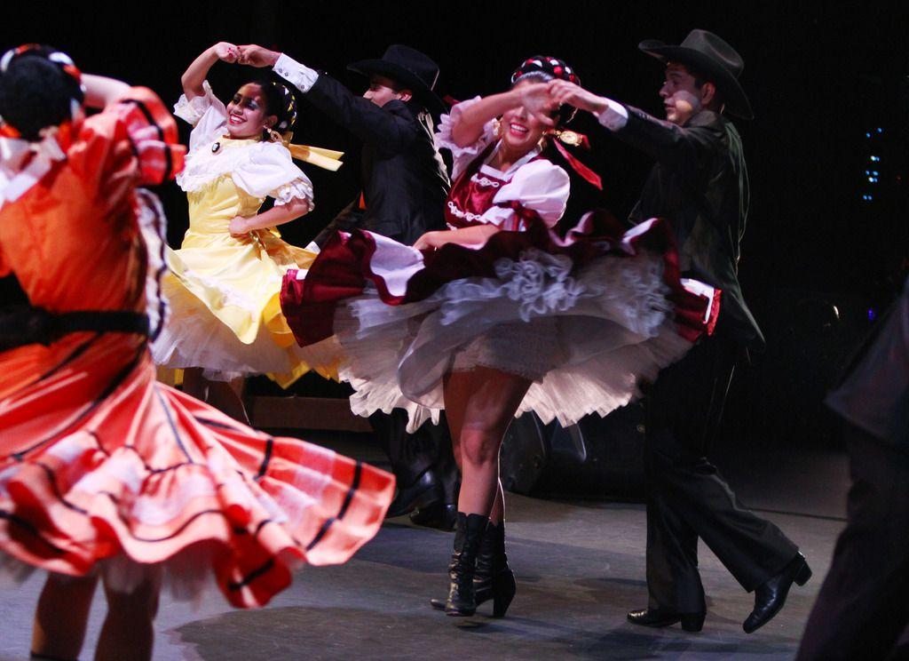 La falta de electricidad no impidió que el Anita N. Martinez Ballet Folklórico se reuniera para ensayar esta semana. Foto de archivo de AL DÍA, de BEN TORRES