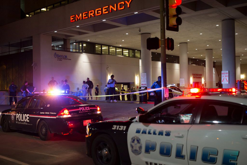 Dallas police gathered outside of Baylor University Hospital emergency room entrance on July 7, 2016 in Dallas, Texas. (Ting Shen/The Dallas Morning News)
