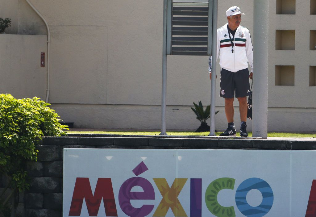 Ricardo Ferretti observa a sus jugadores tras ser presentado como técnico interino de la selcción de México, en Ciudad de México, el lunes 3 de septiembre de 2018. (AP Foto/Marco Ugarte)