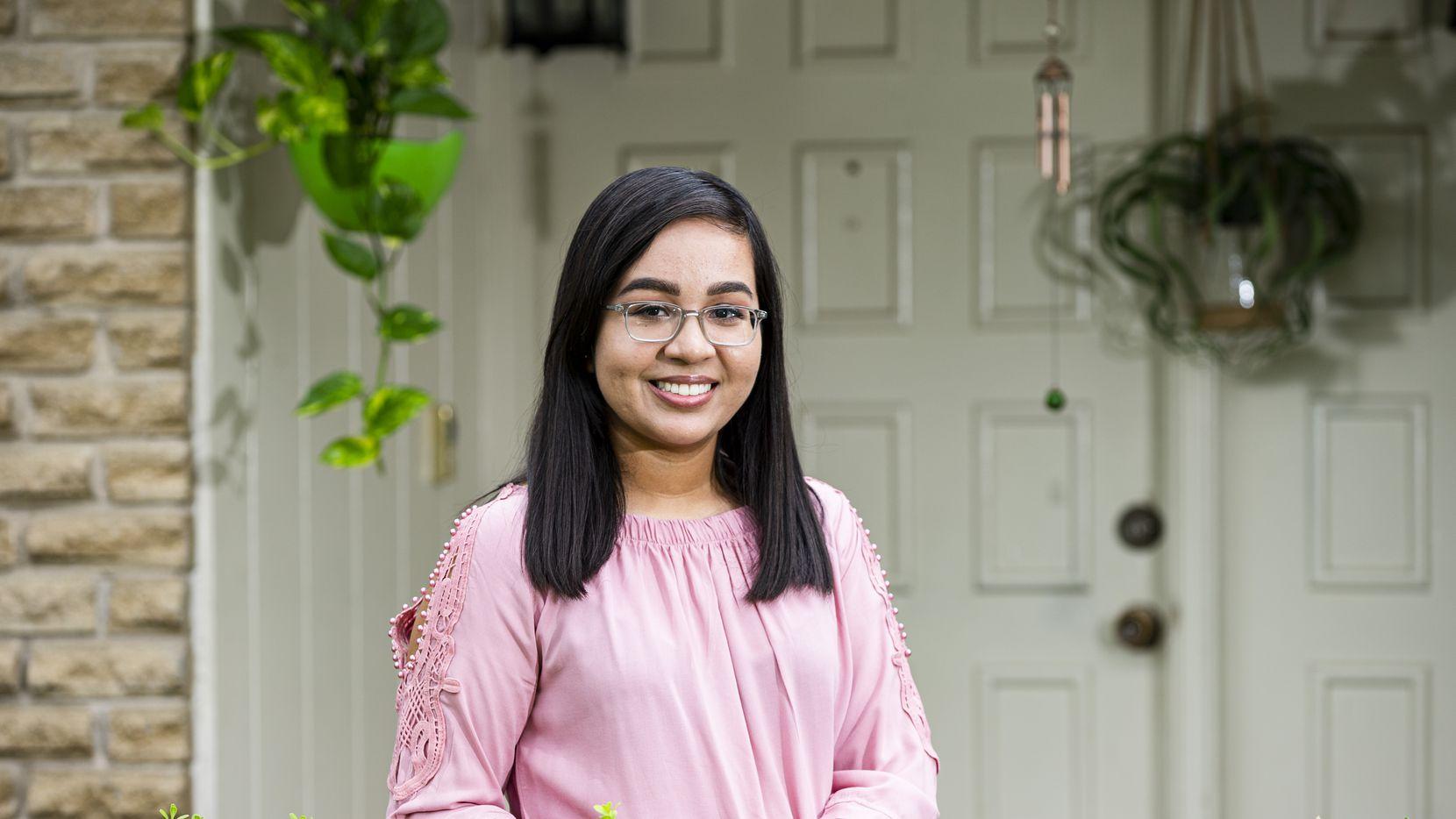 Michelle Fraile, de 22 años, ha sido intérprete para su familia durante toda su vida. Ahora, casi por terminar la carrera de enfermería, busca usar sus habilidades bilingües en la medicina.