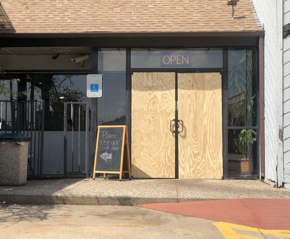 El vidrio de la puerta principal de Banh Cuon Thang Long en Garland fue destrozada.
