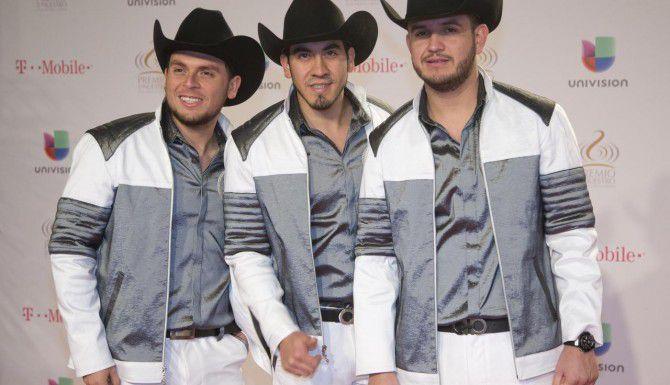 Edén Muñoz, (derecha) es el vocalista de la agrupación Calibre 50. (AP/WILFREDO LEE)