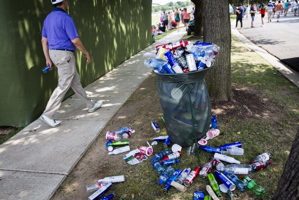 Un bote de basura saturado de contenedores de botellas vacías de bebidas alcohólicas y refrescos en los campos de golf donde en 2016 se disputaba el torneo AT&T Byron Nelson, en Irving.