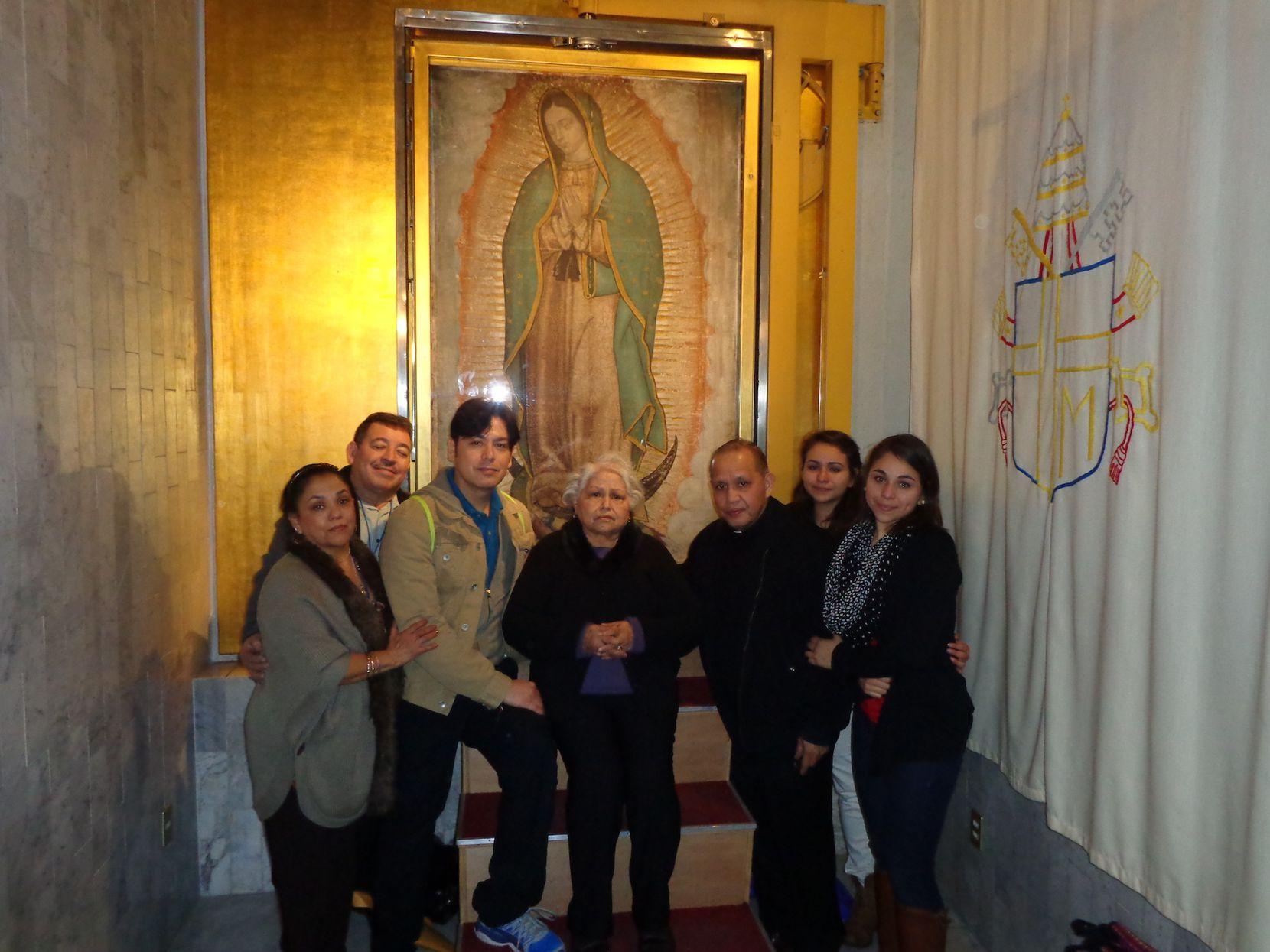 Las hermanas Jacqueline (derecha) y Erica Rodríguez (a su lado) visitaron la Basílica de la Virgen de Guadalupe en la Ciudad de Médico en el 2013 junto a otros miembros de su familia, todos integrantes de la iglesia Santa Cecilia. En el viaje los acompañó el sacerdote Edmundo Paredes (junto a Jacqueline y Erica). El grupo tuvo oportunidad de ver de cerca la Tilma donde aparece la imagen de la Virgen. (CORTESÍA)