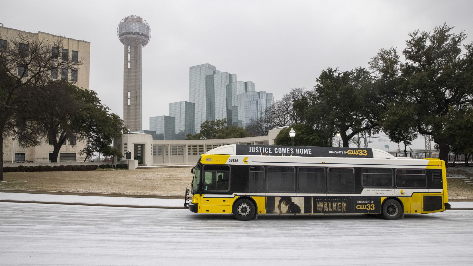Un autobus de DART circula por N. Houston St., en el centro de Dallas, el domingo 14 de febrero de 2021.