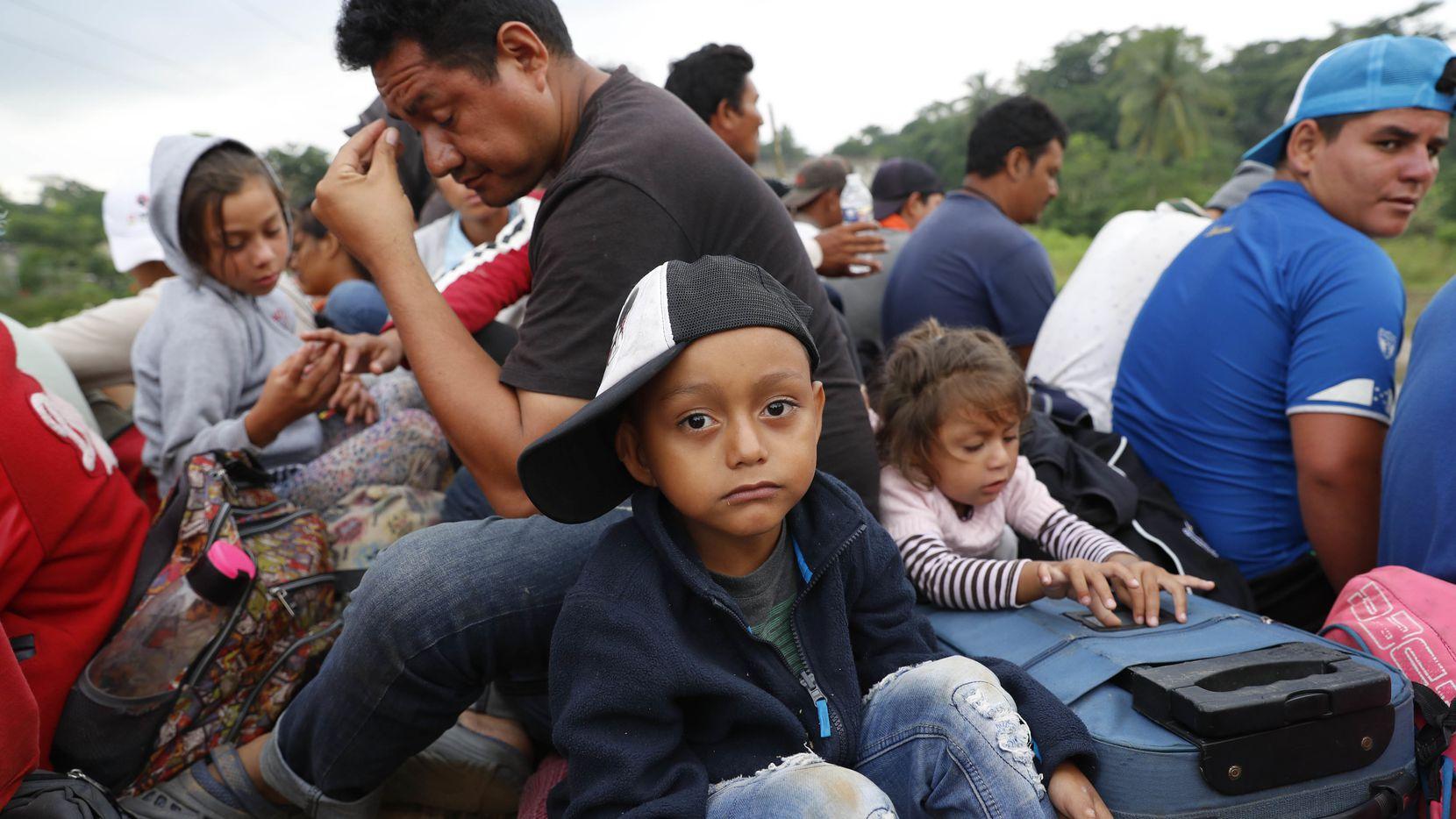 Niños son parte de la caravana de migrantes de Centroamérica que transita por México.  (AP Photo/Marco Ugarte)