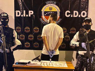 Fotografía proporcionada por la fiscalía de Venezuela muestra a una persona arrestada por desobedecer la orden del gobierno de evitar congregaciones de personas para no contagiarse de coronavirus.
