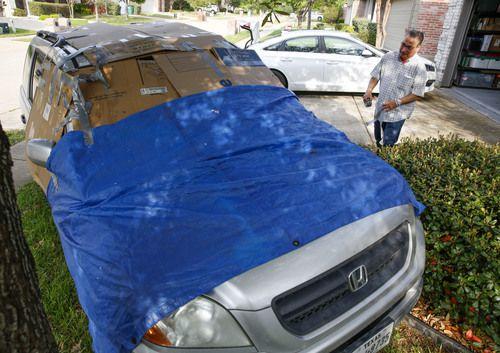 Michael Ruiz, de McKinney, cubrió su vehículo como pudo, para evitar daño por granizo, pero al final las predicciones fallaron. BRIAN ELLEDGE/DMN