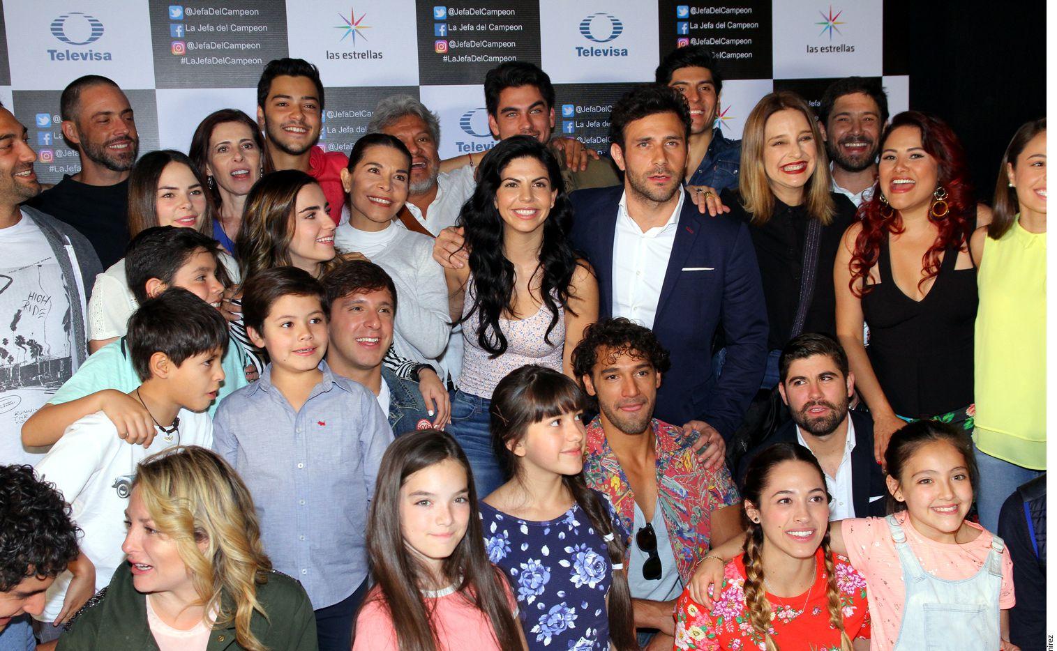 """El elenco y producción de """"La Jefa del Campeón"""" celebró ayer una misa en el foro 10 de Televisa San Ángel./ AGENCIA REFORMA"""