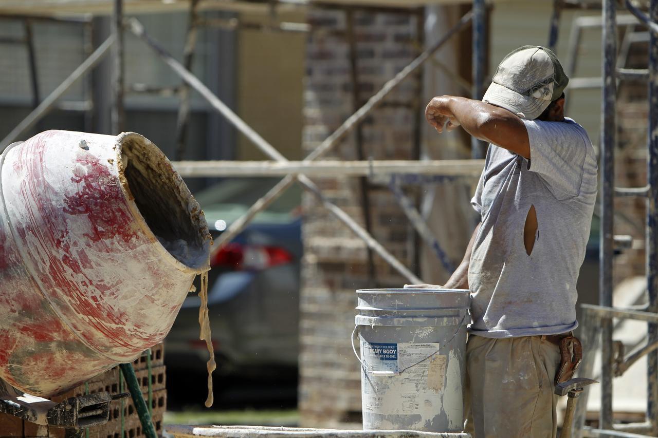 Activistas urgen que se apruebe una ordenanza para dar descansos a trabajadores de la construcción antes del próximo verano. (DMN/ARCHIVO)