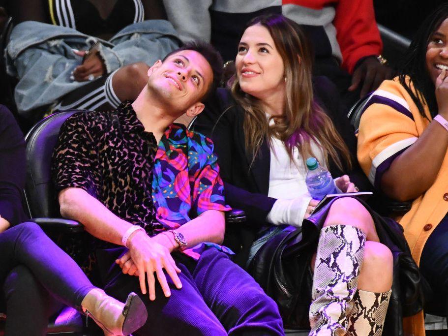 """Javier """"Chicharito"""" Hernández y Sarah Kohan en un partido de los Lakers en febrero de 202 en Los Ángeles."""
