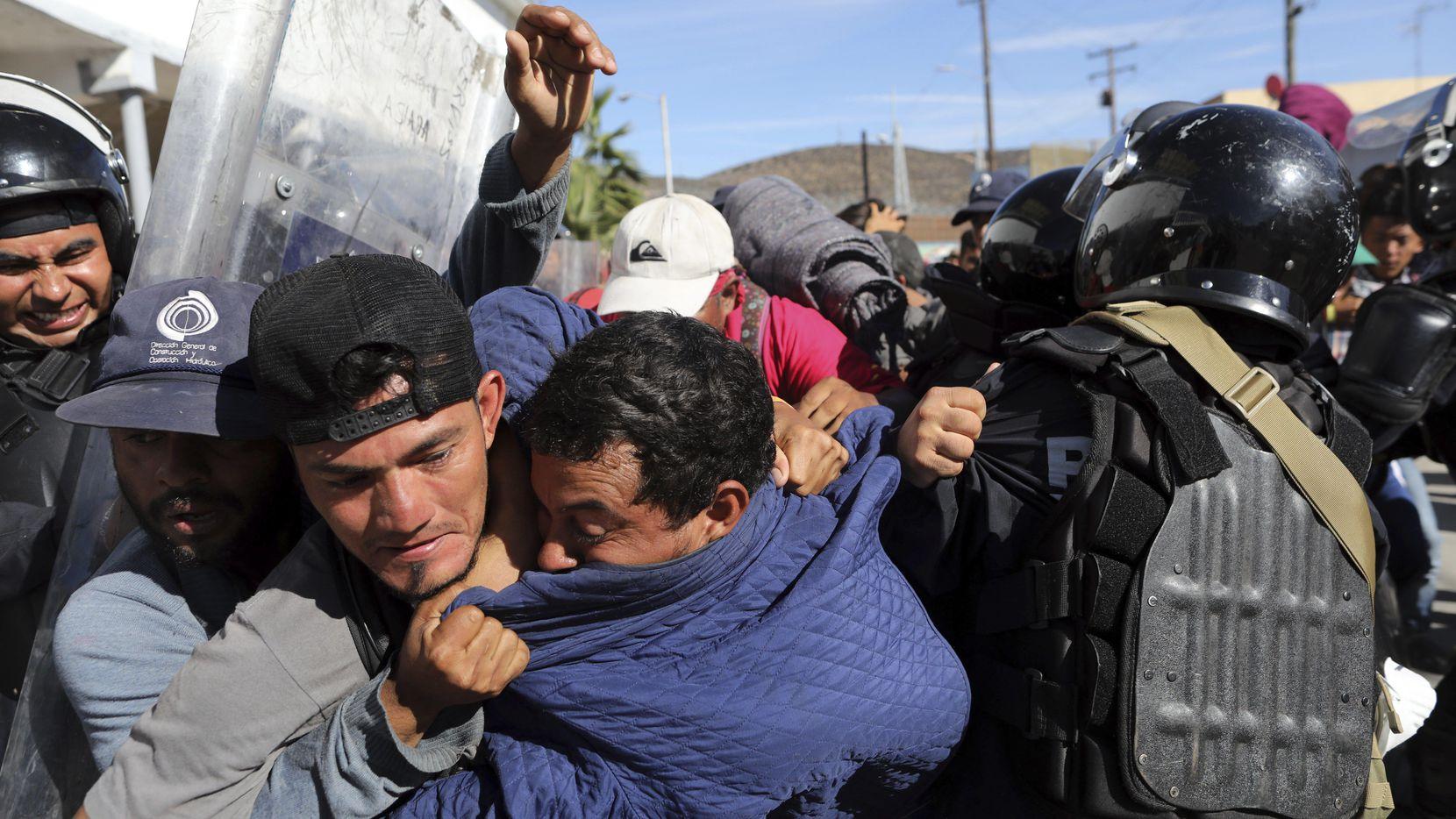 Migrantes de Centroamérica se enfrentaron con la policía de México en la zona fronteriza entre Tijuana y San Ysidio, California.(AP)