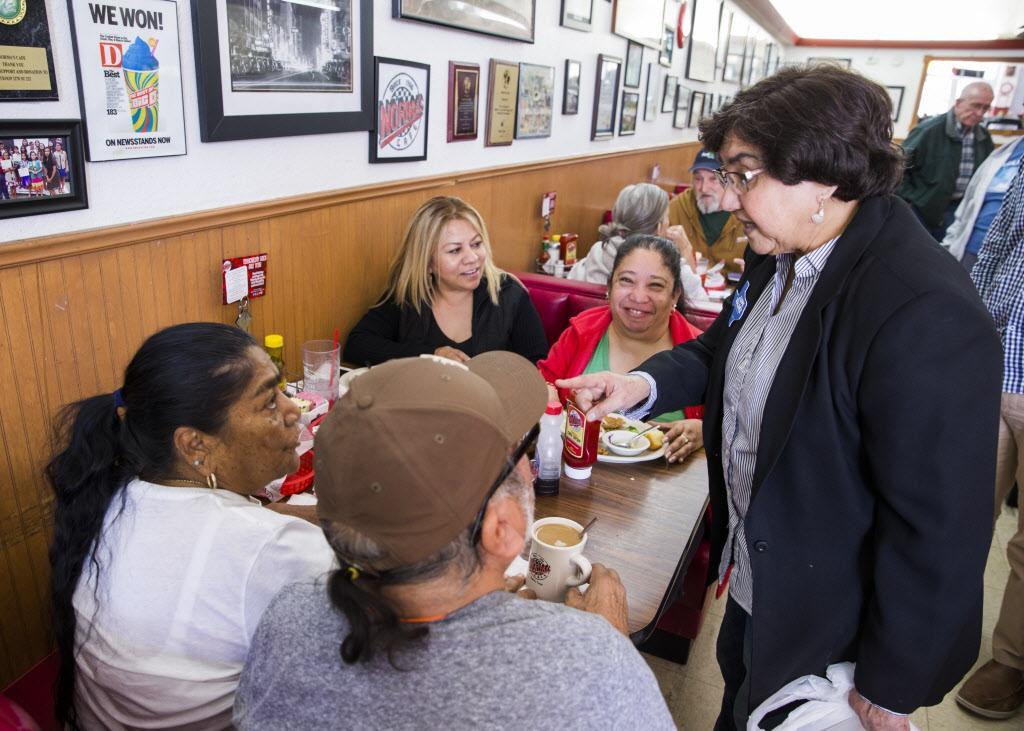 Lupe Valdez, candidata a gobernadora de Texas, saluda con simpatizantes en Norma's Café, en Oak Cliff. (DMN/ASHLEY LANDIS)