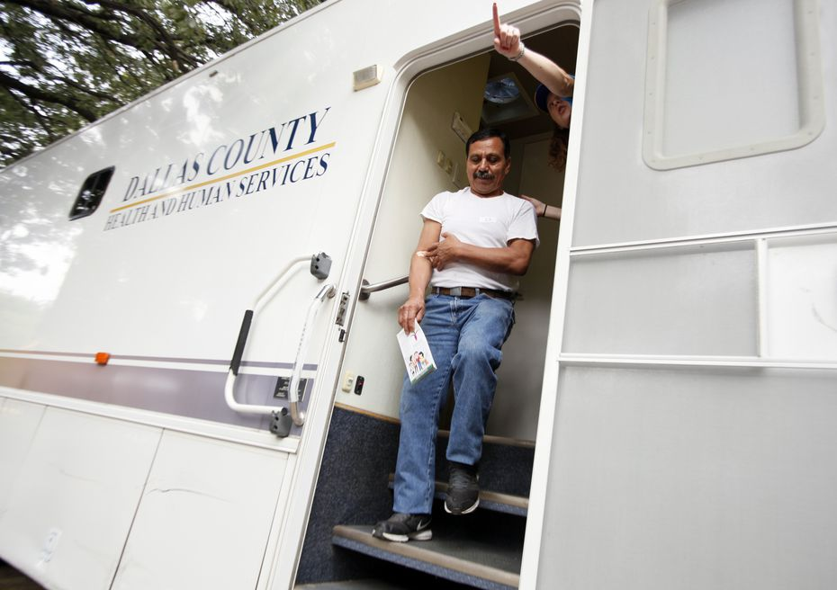 Jose Luciano Hernandez se realizó un exámen de sangre en el automóvil del Dallas County Health and Human Services./ BEN TORES/Especial para Al Día