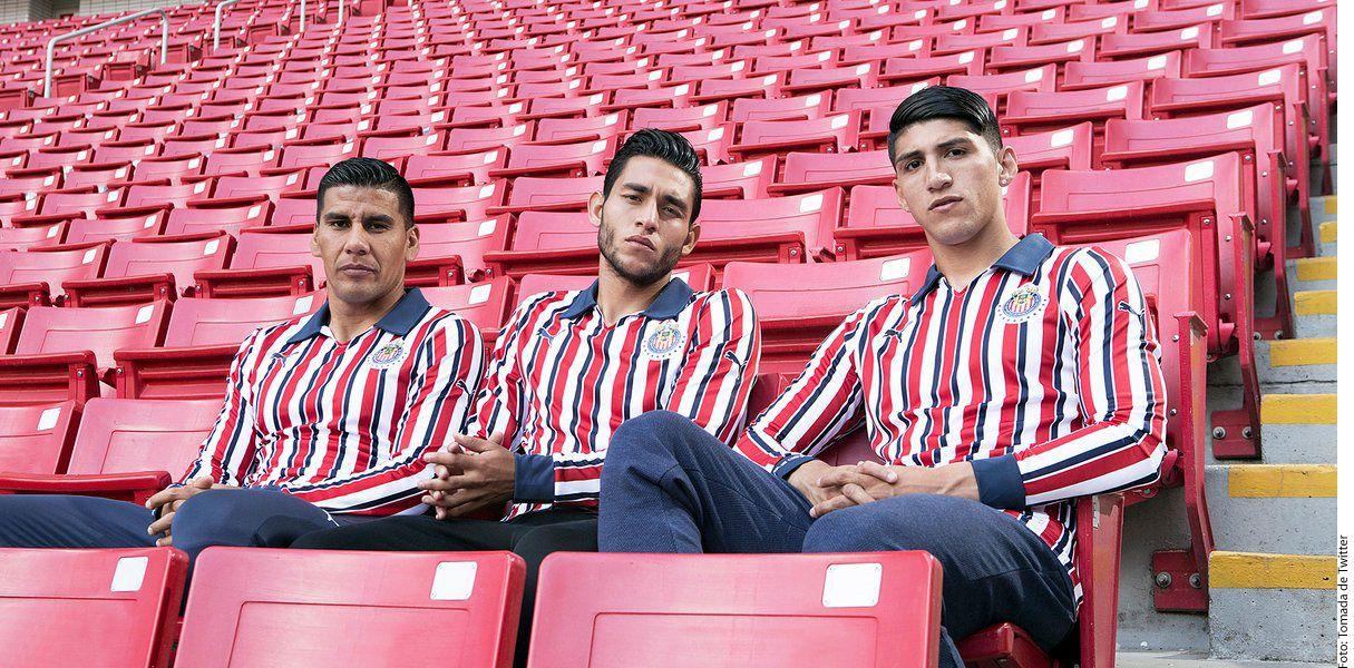 Muestra Chivas playera para Mundial de Clubes.