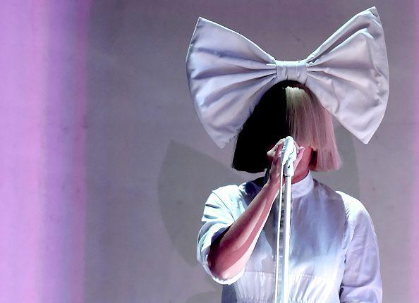 Sia es conocida por su timidez y siempre tratar de ocultar su rostro. El lunes publicó una foto desnuda en Twitter. Foto GETTY IMAGES