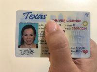 Una licencia de manejo de Texas deberá contar desde mayo de 2023 con una estrella blanca dentro de un círculo amarillo, en el extremo superior derecho de la identificación.
