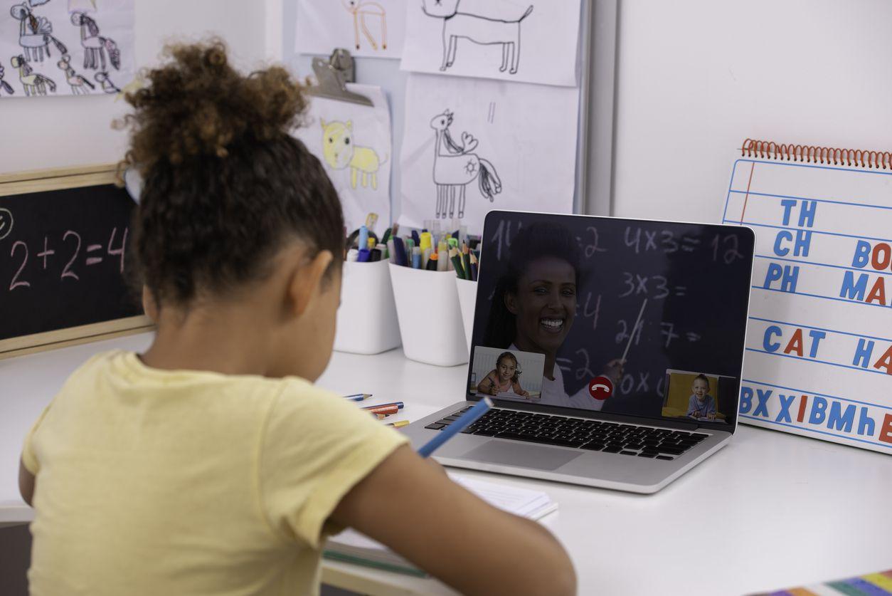 Una niña de 6 años estudia a través de su computadora.