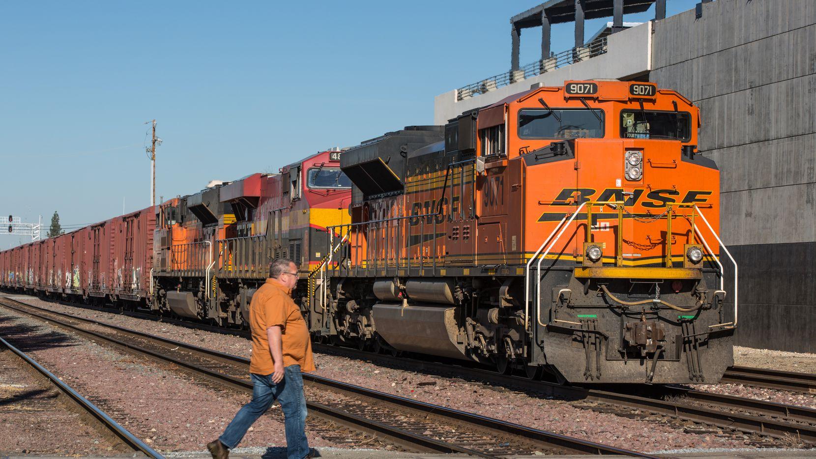 Un tren de Burlington Northern/Santa Fe en la estación de Bakersfield, California.