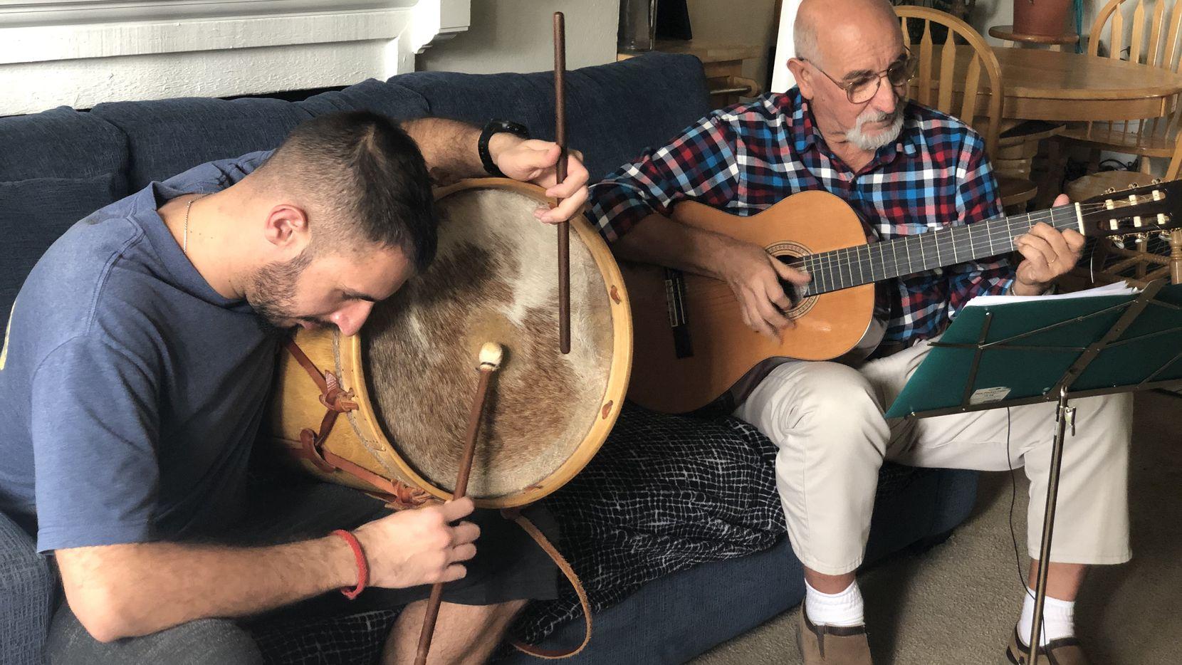 Santiago Barci (izq.) y su padre Gustavo en su departamento en Irving. Ambos tocan chacareras y otros estilos musicales típicos del folklore argentino.