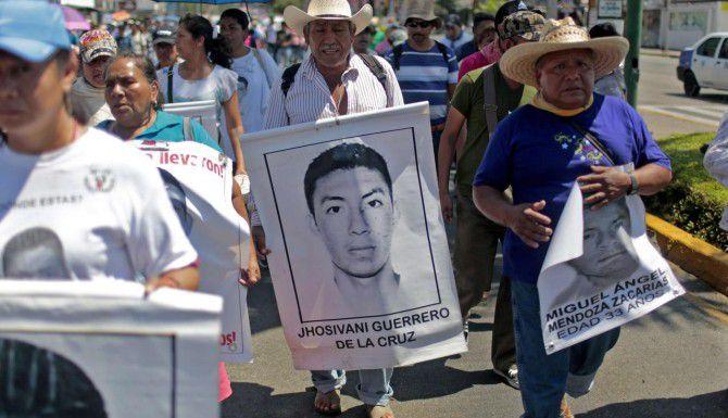 Los familiares de Jhosivani Guerrero de la Cruz han participado en varias protestas por la desaparición de su hijo y otros 42 estudiantes. (AFP/GETTY IMAGES/PEDRO PARDO)