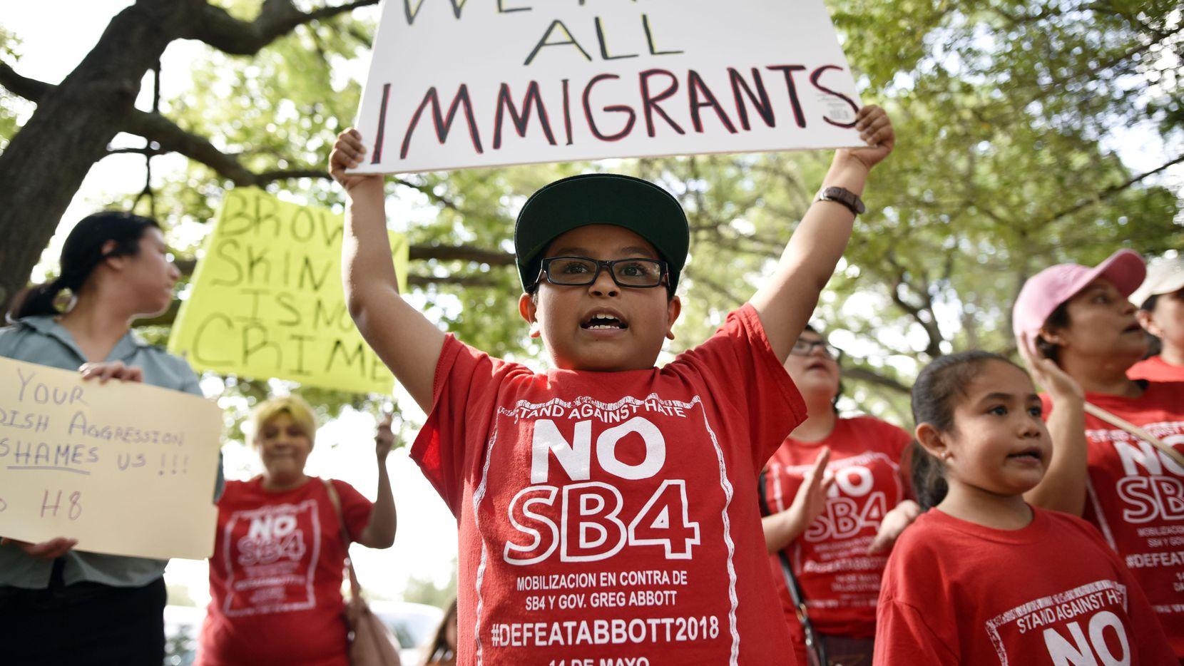 Gabriel Terrones, de 9 años, participó de una manifestación en contra del legislador Matt Rinaldi en Farmers Branch el jueves pasado. Rinaldi dijo haber llamado a ICE cuando un grupo de manistestanes en contra de la ley SB4 irrumpió en el capitolio de Austin.  BEN TORRES/DMN
