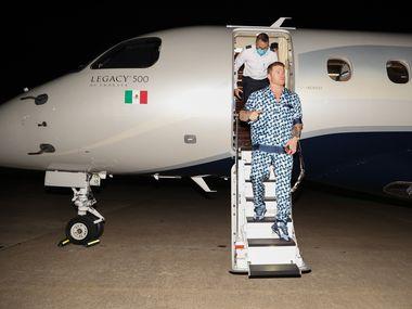 """En avión privado y con un vistoso atuendo llegó  Saul """"Canelo"""" Alvarez  a Dallas la noche del 3 de mayo."""