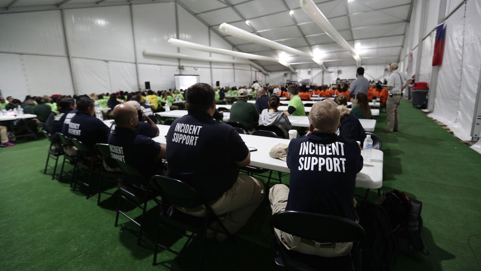 Personal de vigilancia asiste a una junta en el centro de detención para menores migrantes en Carrizo Springs, Texas, Tuesday, July 9, 2019.