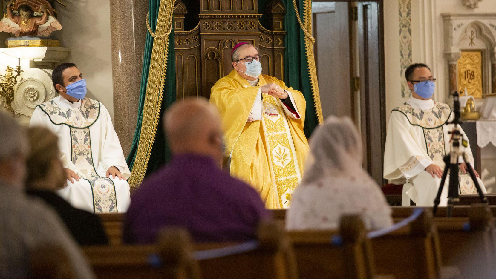 Varias iglesias del Norte de Texas requieren de reservación para  acudir a los servicios religiosos de Nochebuena y Navidad.