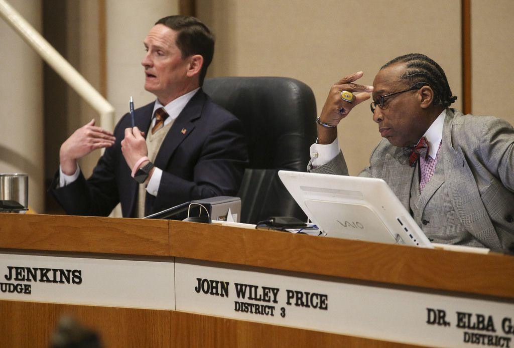 El juez del condado, Clay Jenkins (izq.), se opuso a las alzas salariales. El comisionado John Wiley Price, en cambio, estuvo a favor.