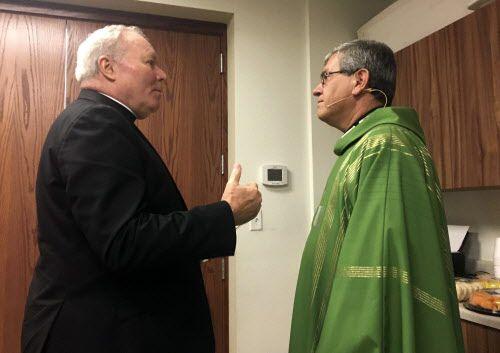 El obispo de Dallas Edward Burns y el padre Martín Moreno, de la iglesia Santa Cecilia, poco después de anunciarse los supuestos abusos de Edmundo Paredes, anterior prelado de esa iglesia. DMN
