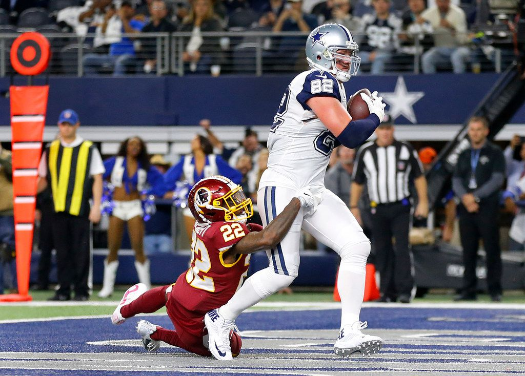 Dallas Cowboys tight end Jason Witten (82) catches a second quarter touchdown as he is defended by Washington Redskins strong safety Deshazor Everett (22) at AT&T Stadium in Arlington, Texas, Thursday, November 30, 2017. (Tom Fox/The Dallas Morning News)