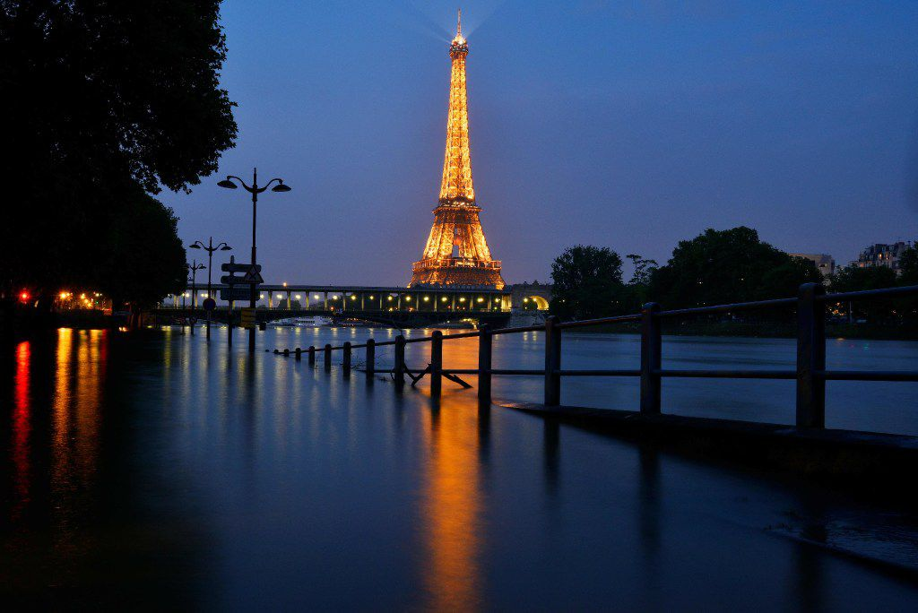 """La Torre Eiffel en París, Francia. La apertura al turismo en Europa depende de cada país, que podría imponer cuarentenas dependiendo de la nación de origen.   Parisians were urged to stay away from the Seine, which has spilled over its banks in places and on June 3, 2016 rose 6.07 metres (19ft 9ins) above its normal level. Authorities said the river could swell to """"perhaps 6.5 metres (21 feet) in a worst-case scenario"""", comfortably beating a level reached during floods in 1982. The record remains the 8.68 metres reached during devastating floods in 1910. / AFP PHOTO / Bertrand GUAYBERTRAND GUAY/AFP/Getty Images"""