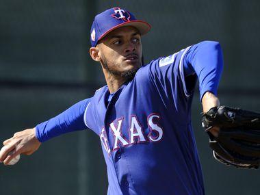 Jonathan Hernández se está convirtiendo en la estrella del cuerpo de relevistas de los Texas Rangers.