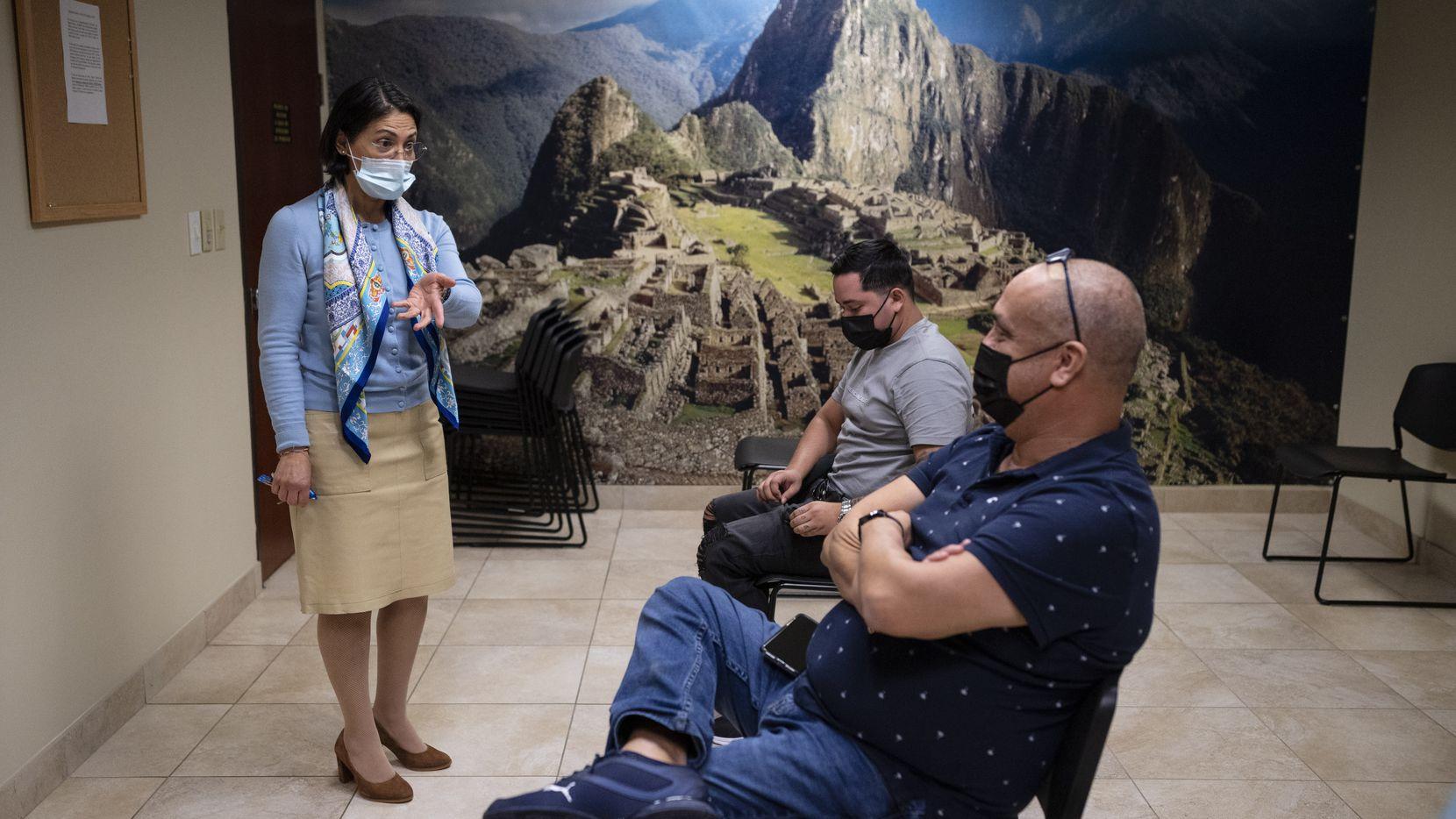 Perú celebrará elecciones generales este domingo 11 de abril y los peruanos en el extranjero también deben acudir a votar. En la imagen, Liliana Trelles (izq.), cónsul general de Perú en Dallas, habla con algunas personas en la sede diplomática.
