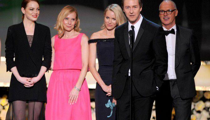 (De izq. a der.) Emma Stone, Amy Ryan, Noemi Watts, Edward Norton y Michael Keaton fueron galardonados por mejor elenco en la entrega de los SAG, el sindicato de actores. (AP/VINCE BUCCI)