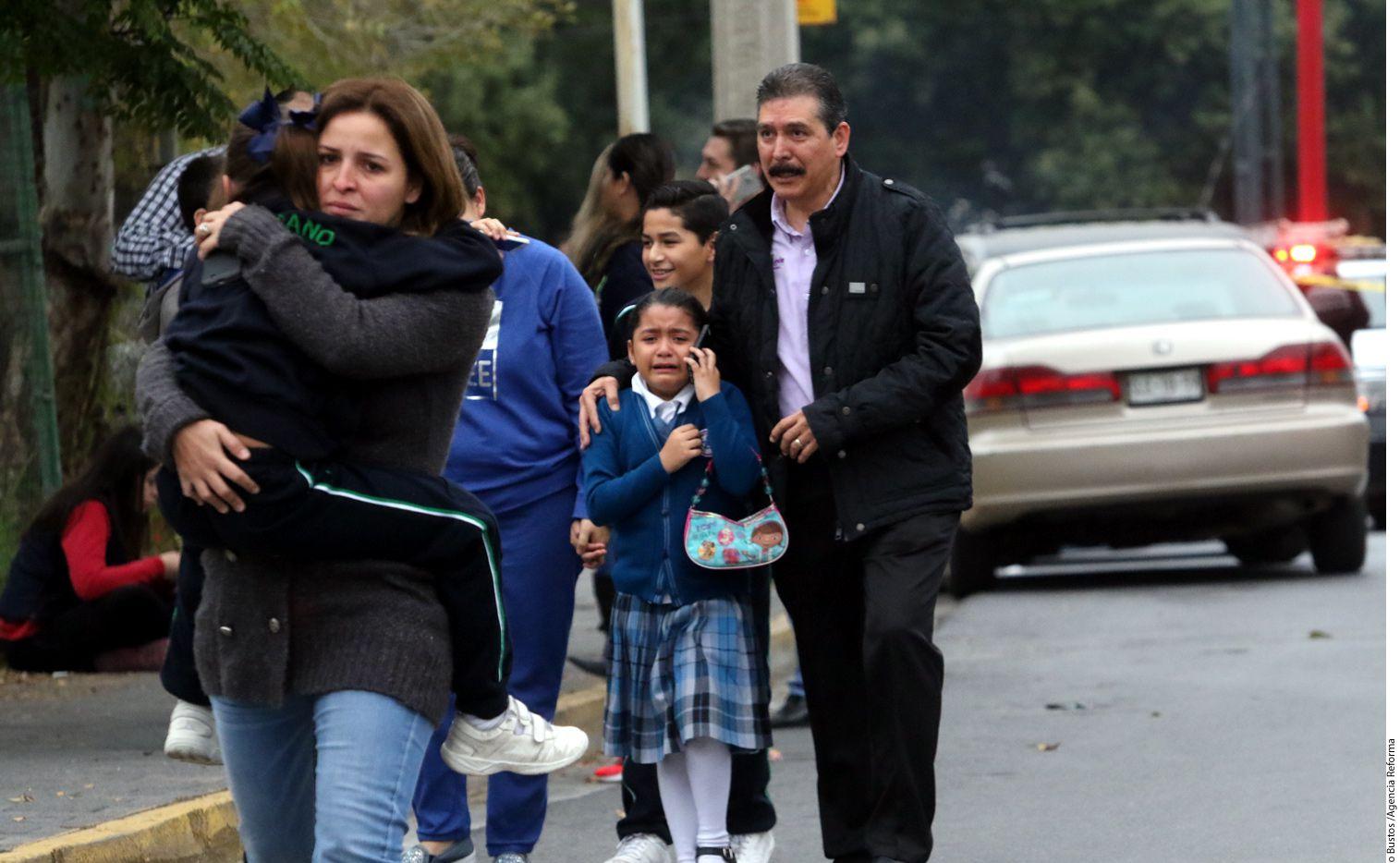 Padres de familia acudieron de inmediato a recoger a sus hijos del Colegio Americano del Noreste./ AGENCIA REFORMA