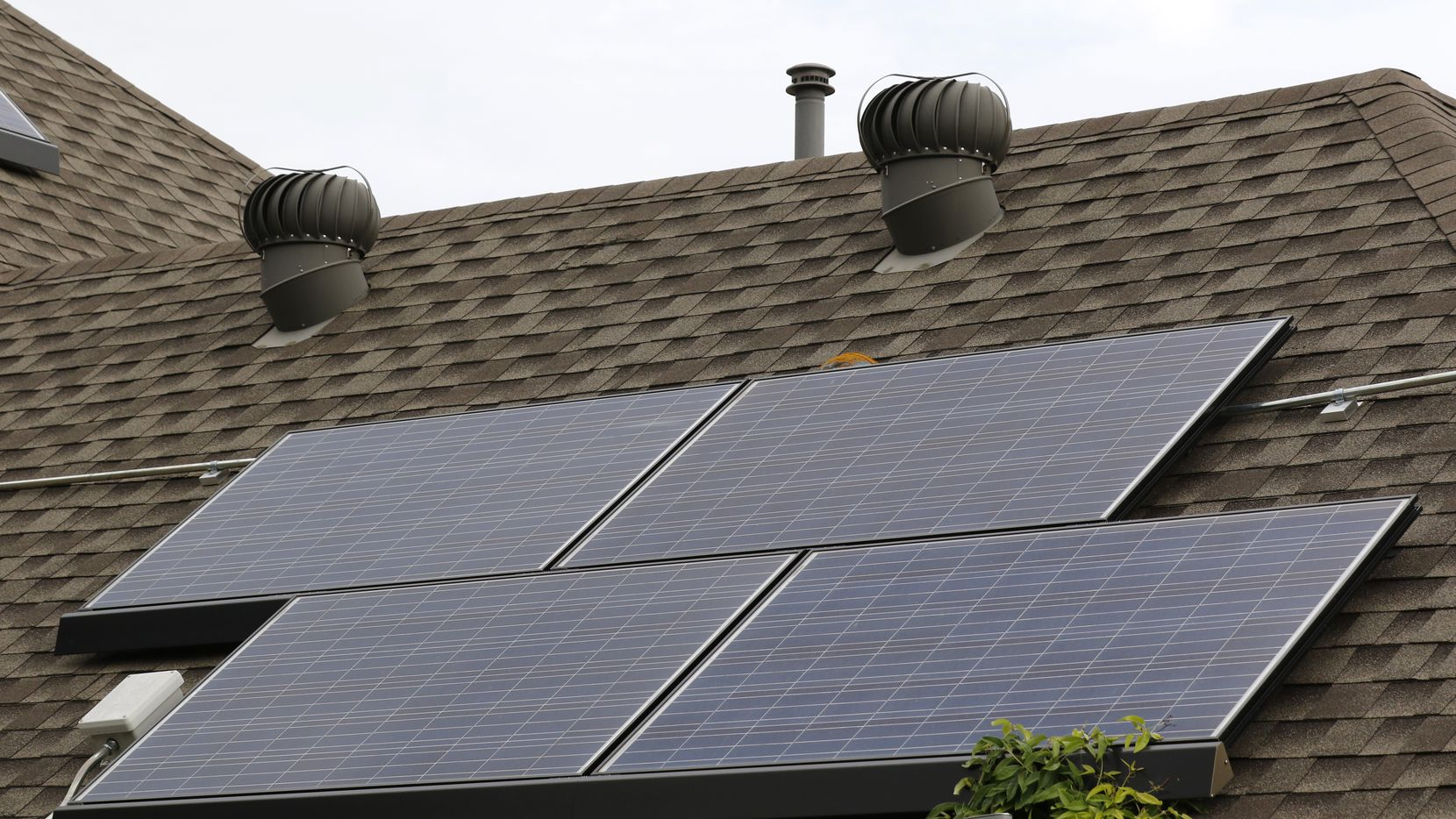 Homeowners with solar panels would have to pay a minimum fee of about $40 a month for access to the grid under a proposal by Oncor Electric Delivery Co. (David Woo/The Dallas Morning News)
