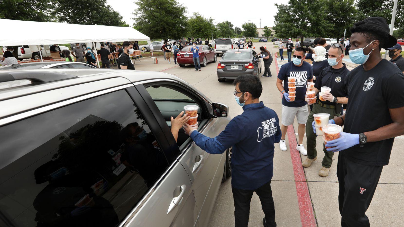 Voluntarios de Sara's Market & Bakery y WellHealth Clinic repartieron comida y mascarillas en Frisco, el viernes.