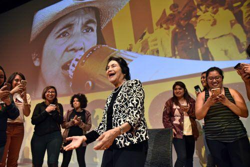 """Los estudiantes de UNT le cantaron """"Las Mañanitas"""" a la activista Dolores Huerta que estuvo esta semana en Denton presentando un documental sobre su vida. BEN TORRES/DMN"""