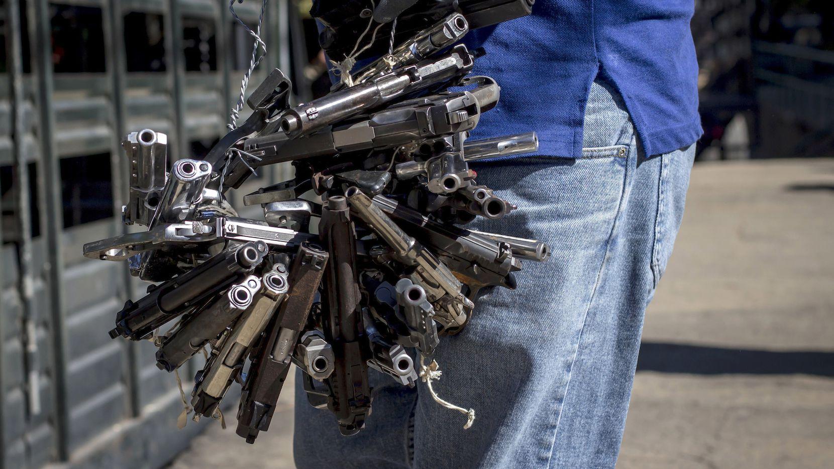 Armas confiscadas por la policía en Quezaltepeque, La Libertad, El Salvador. AP