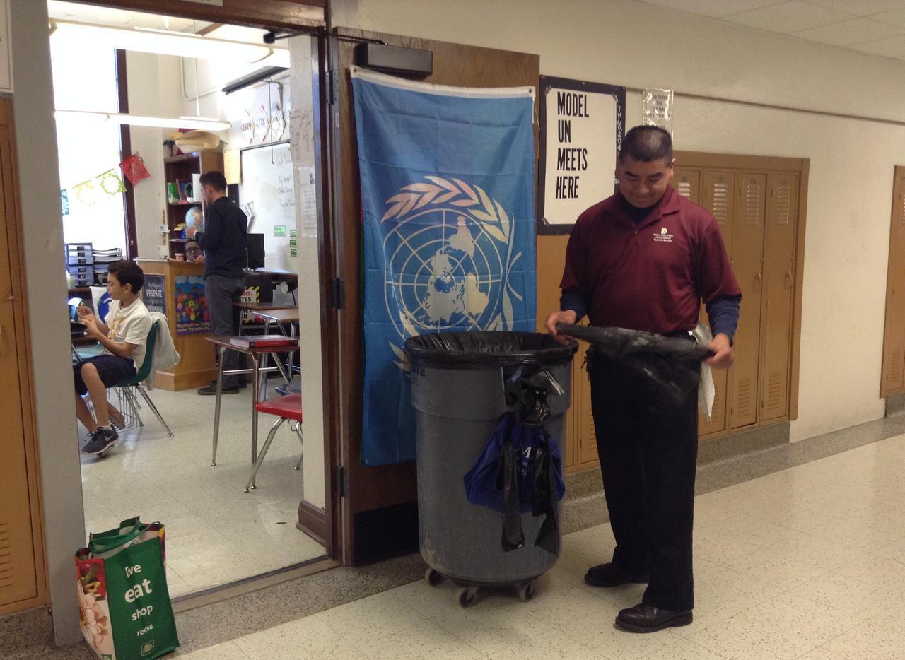 Enrique Méndez se prepara para sacar la basura de un salón de clases en el tercer piso de la escuela secundaria J.L. Long en Dallas (ESPECIAL PARA AL ADIA/ELVIA LIMÓN)