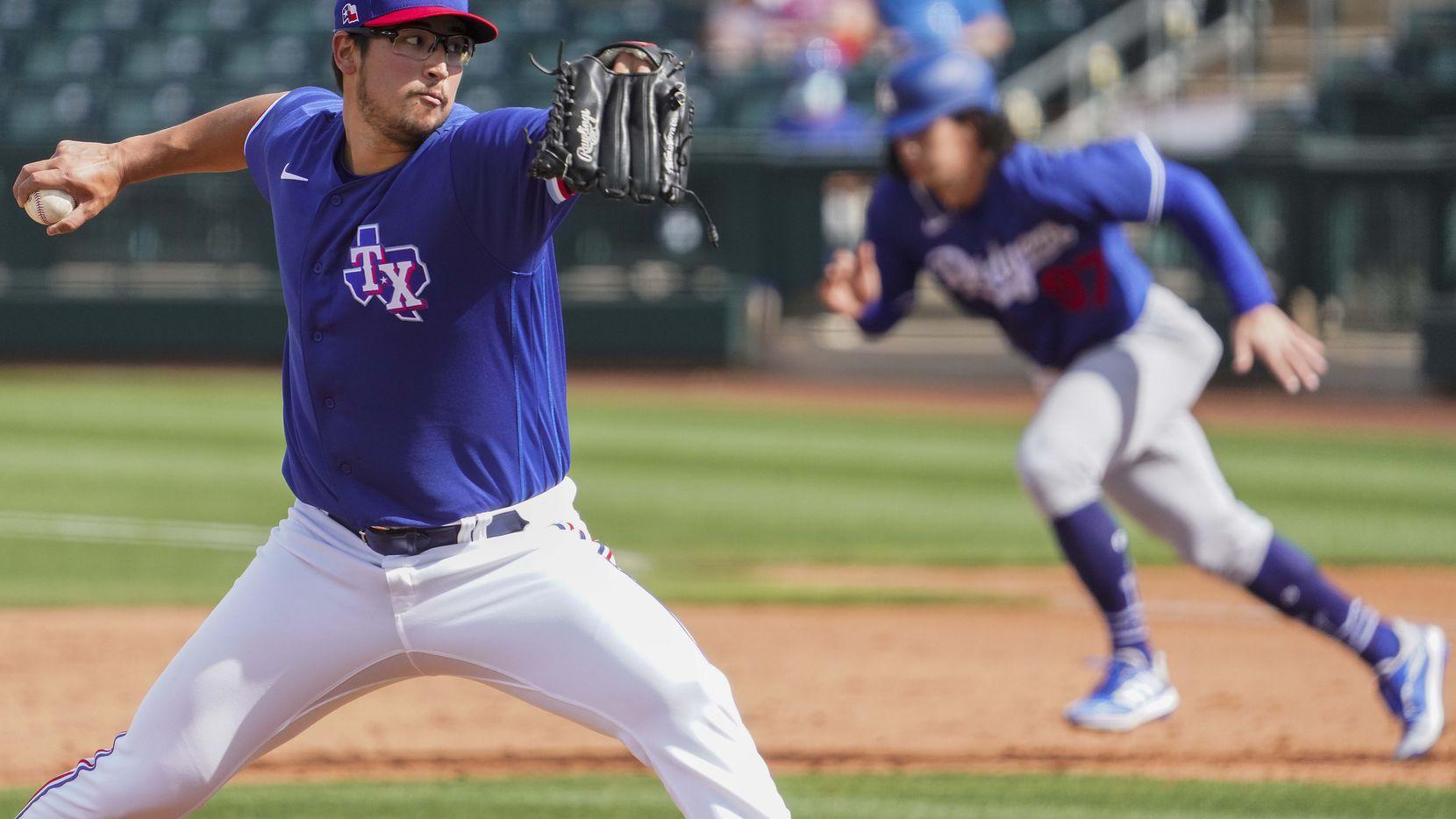 El pitcher de los Rangers de Los Ángeles, Dane Dunning, trabaja en el partido contra los Dodgers de Los Ángeles, el 7 de marzo de 2021 en Surprise, Arizona.