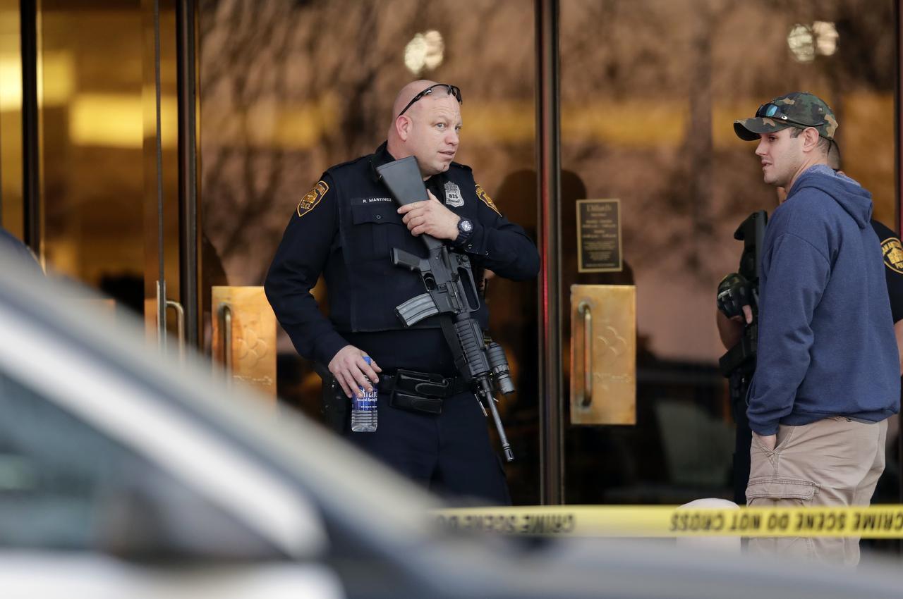 Un policía de San Antonio hace la guardia ante una salida del Mall Rolling Oaks tras un mortal tiroteo el domingo, 22 de enero del 2017, en San Antonio. (AP/ERIC GAY)