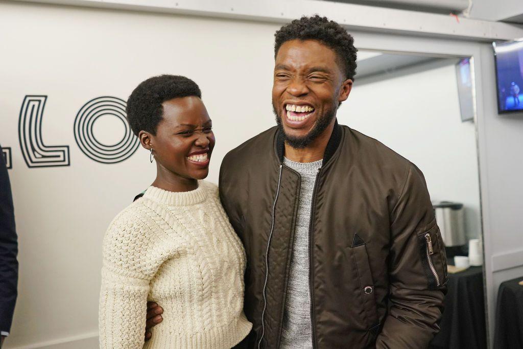 Protagonistas de Black Panther Lupita Nyong'o y Chadwick Boseman posan juntos el 27 de febrero de 2018 en Nueva York.