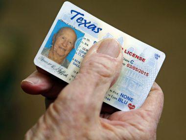 El Texas Department of Public Safety permite no tener que renovar licencias ni identificaciones vencidas durante este periodo de emergencia por el coronavirus.