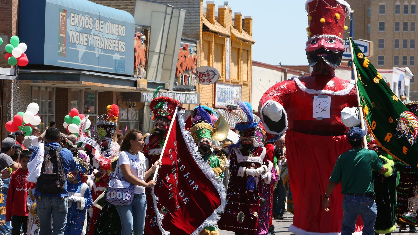 El desfile del Cinco de Mayo en la Jefferson Boulevard es un evento icónico aunque, por este año, el festejo será virtual.